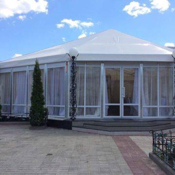 Шатер-ресторан со стеклянными панелями